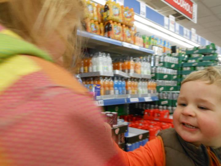 LeesVoer kleuter met een camera kleuterplog plog supermarkt-34