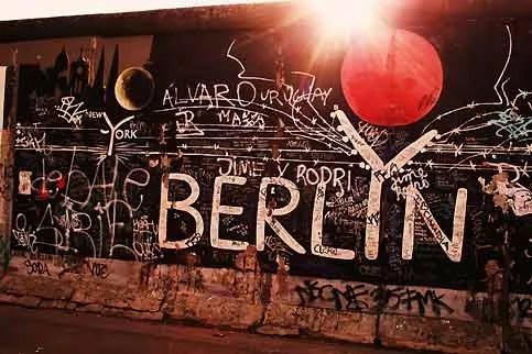 Derrière le mur et les barbelés, le soleil se couche toujours à l'Ouest, sur les nuits folles de Berlin et New York. Cependant, c'est grâce à la partie orientale de la ville que Berlin est aujourd'hui l'une des capitales les plus branchées du monde. Les hangars et usines désaffectées de l'ancien Berlin Est sont devenus le terrain de prédilection des DJ venus du monde entier pour animer des soirées «électro». La culture underground y cohabite avec un nouvel art de vivre berlinois.