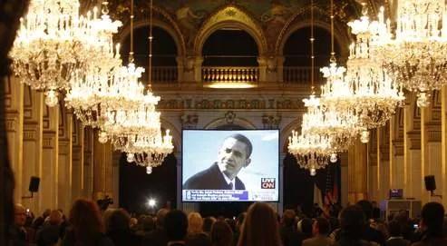 L'élection de Barack Obama (ici son investiture suivie en direct à la mairie de Paris) a suscité une forte attente en Europe. Au lendemain de sa prise de fonctions, près de 92% des Français plébiscitaient le rôle du président américain sur la scène internationale.