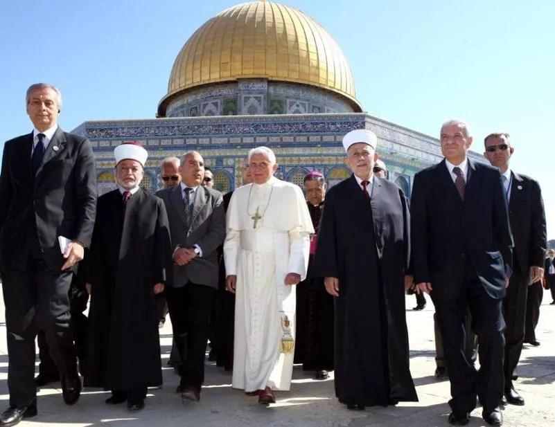 Benoît XVI est devenu le premier pape à pénétrer dans la mosquée du Dôme du Rocher où il a été accueilli par le mufti de Jérusalem