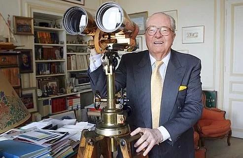 Jean-Marie Le Pen dans son bureau à Saint-Cloud. Officiellement, le leader frontiste restera en fonction jusqu'en 2011.
