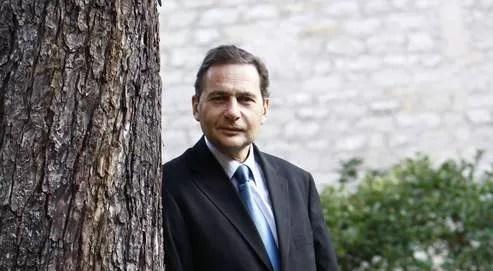 Éric Besson est favorable à un texte interdisant le voile intégral,qui serait porté par environ 2000 femmes en France.