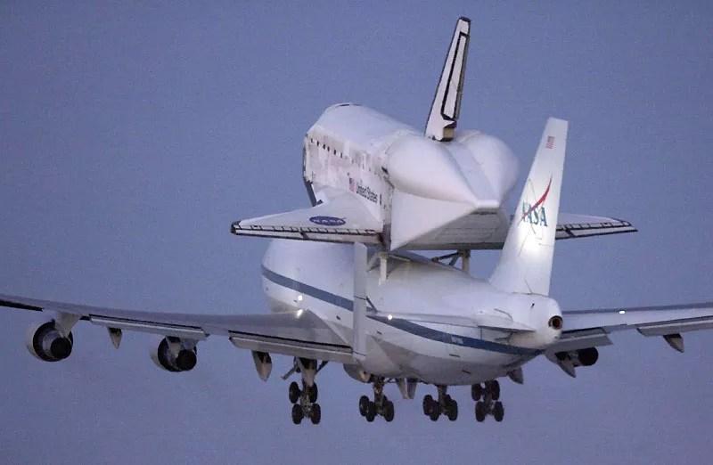 Après avoir atterri sur la base militaire Edwards en Californie, la navette spatiale Discovery est de retour en Floride, transportée cette fois sur le toit d'un Boeing 747, spécialement équipé pour la recevoir.