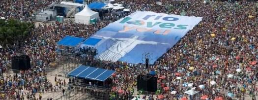 Dans une atmosphère joyeuse et anxieuse tenant à la fois d'une finale de Coupe du monde de football et du Carnaval, la foule a patienté sous le soleil pendant plusieurs heures, au son du rock et de la samba.