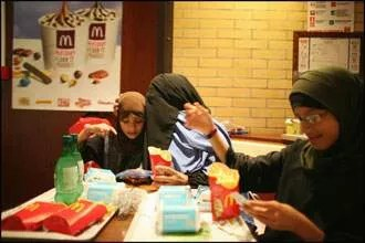 Porter le voile ne signifie pas forcément l'exclusion. Beaucoup de femmes savent composer avec la modernité. Même le McDo est permis tant que l'on n'y consomme pas les viandes (non halal). Derrière cette apparente normalité, la plus grosse difficulté à gérer est de manger ses frites et profiter de son soda avec un niqab devant le visage.