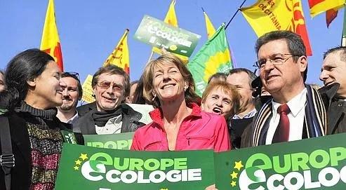 Laurence Vichnievsky (au centre), entourée de ses colistiers et de militants, lors du lancement de la campagne d'Europe Écologie le 23 janvier, à Marseille.