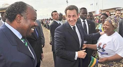 Ali Bongo présente sa mère à Nicolas Sarkozy, mercredi, à Franceville, à 700 kilomètres de Libreville, la capitale, qu'il a rejointe ensuite.