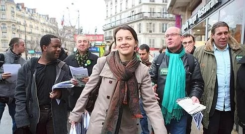 La secrétaire nationale des Verts, Cécile Duflot, chef de file en Île-de-France, en campagne, jeudi matin, dans la capitale. Au PS, on s'agace d'une possible présence des écologistes au second tour.