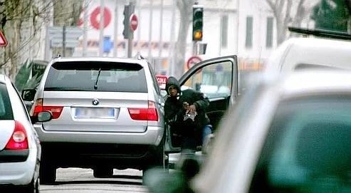 Rôdant sur les tronçons en travaux ou aux abords des tunnels, les voleurs profitent de ralentissements dus aux embouteillages pour passer à l'action.