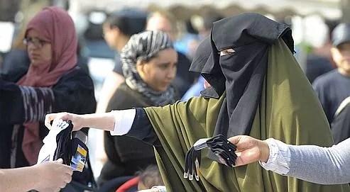 Une femme vêtue d'un niqab fait ses courses sur un marché de Vénissieux, près de Lyon, le 22 avril dernier.