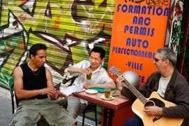 Prise en otage par des bandes de jeunes ultraviolentes, la population de Belleville le quartier parisien aux 80 nationalités veut vivre en toute sécurité, comme Weiming (au centre), qui tente de fédérer tous les habitants de sa rue. (Fanny Tondre)