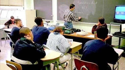 Au Royaume-Uni, la plupart des enseignants n'osent pas toucher les élèves par peur de les voir porter plainte pour maltraitance.