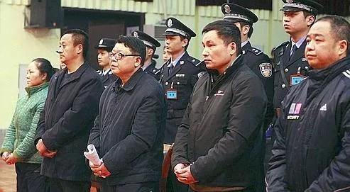 Wen Qiang, au milieu du premier rang sur la photo, chef de la police de Chongqing, lors de son procès, en février 2010.