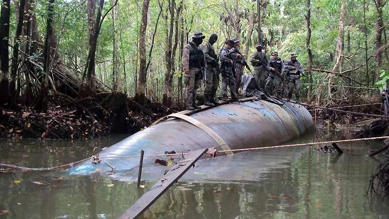 Ces soldats équatoriens sont très fiers de leur dernière prise, pêchée dans la mangrove il y a quelques jours, tout près de la frontière avec la Colombie. Il s'agit d'un sous-marin de 25 mètres de long utilisé par des trafiquants de drogue pour acheminer leurs stocks de cocaïne vers les États-Unis. Un moyen de transport qu'ils privilégient depuis déjà une douzaine d'années, même si la fabrication de chaque submersible leur coûte entre 1 et 2millions de dollars. Ce qui n'est pas si cher, étant donné que chaque voyage peut leur rapporter 400 fois plus. Rien qu'en 2007, les gardes-côtes colombiens et américains en ont saisi 10, chargés chacun de 10 à 15 tonnes de coke.