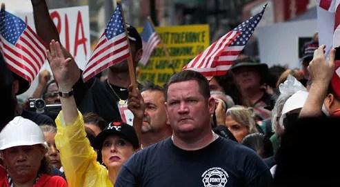 Plusieurs centaines d'opposants ont manifesté, dimancheà New York, contre le projet de construction d'un centre islamique à deux rues de Ground Zero, site des attentats du 11septembre 2001. (Crédits photo : AFP)