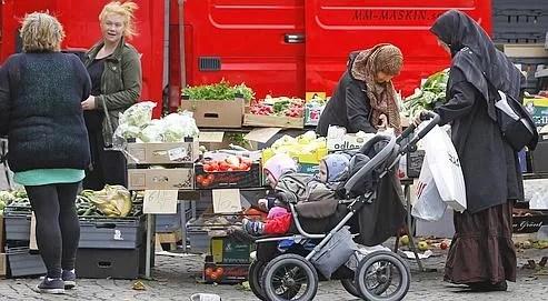 Des femmes sur un marché de la place centrale de Landskrona où un tiers des habitants sont immigrés.