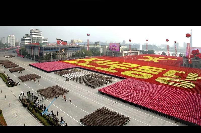 Une gigantesque parade militaire a été organisée à Pyongyang, en Corée du Nord, dimanche 10 octobre, pour commémorer le 65è anniversaire de la création du parti des Travailleurs. Ce défilé a aussi été l'occasion de présenter au peuple et au monde, le futur dirigeant présumé du pays, Kim Jong-Un.