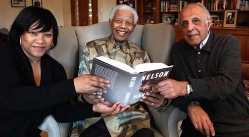 Nelson Mandela poseavec sa fille Zindzi (à gauche) et Ahmed Kathrada (à droite), un ancien prisonnier politique.