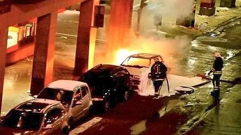 La première explosion, dans une voiture, a fait deux blessés légers. La seconde, deux minutes plus tard, a fait un mort.