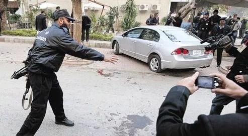 Le gouverneur de la province du Pendjab, Salman Taseer, a été assassiné en sortant de sa voiture par un de ses gardes du corps, ce mardi, près de Khosar Market, un quartier huppé d'Islamabad. (Crédits photo: Reuters)