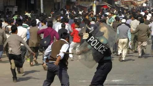 Les investisseurs bengalis ont amnifesté contre la chute brutale de leur Bourse lundi. La police a réagi.