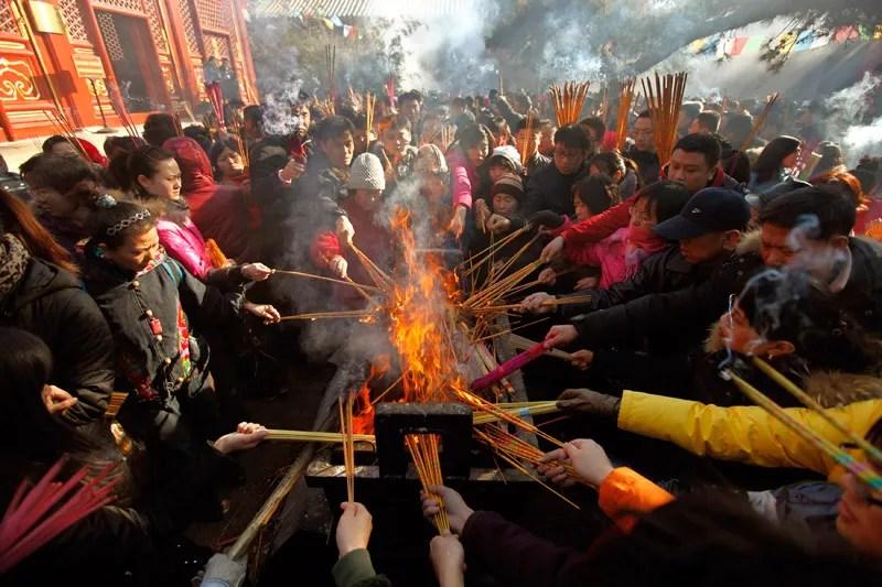 Ces personnes brûlent de l'encens et prient devant le temple des Lamas à Pékin, en Chine, jeudi 3 février, premier jour de la nouvelle année du lapin, selon le calendrier lunaire chinois.