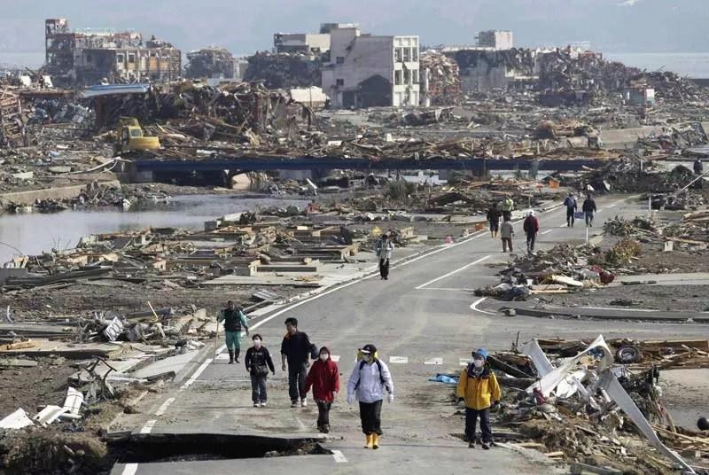 Mardi 15 mars, à perte de vue, des débris jonchent le sol et même ces rescapés du tsunami ne reconnaissent plus l'endroit où ils vivaient : la ville de Minami-Sanriku est un désert de ruines. Tous les Japonais mettent désormais leur espoir dans les équipes de secours pour tenter de retrouver plus de 10.000 habitants, sur les 17.000 de cette localité portuaire, toujours portés disparus.