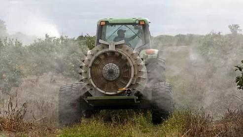L'épandage de pesticides dans une exploitation de pamplemousses,  en Floride.