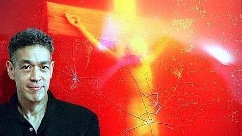L'artiste new yorkais Andres Serrano devant son «Piss Christ», qui avait déjà été vandalisé en 1997, en Australie.