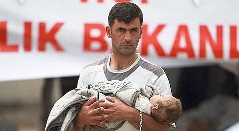 Un réfugié syrien arrivé, mardi, au camp de Boynuyogun, en Turquie.
