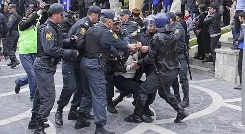La police azérie procède à une arrestation lors d'une manifestation de l'opposition dans le centre de Bakou, le 2 avril dernier. Crédits photo : HUMBATOVA/REUTERS.