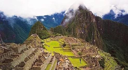 Située à 2400 mètres d'altitude, la légendaire cité inca du Machu Picchu fut contruite au XVe siècle par l'empereur Pachacutec.