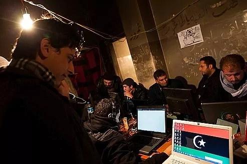 De jeunes hackers libyens, œuvrant ici pour le compte de la rébellion, en février 2011 (illustration). Le régime du colonel Kadhafi souhaitait de son côté contrôler toutes les données passant par Internet, une mission à laquelle des cadres de la société Bull ont été attachés.