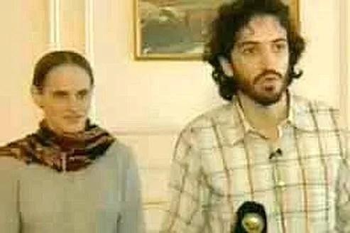 Deux des trois ex-otages lundi, lors d'une conférence de presse organisée à Oman.