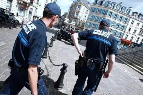 Une patrouille de policiers municipaux en région parisiennne, à Saint-Germain-en-Laye. À ce jour, sur les 18000 municipaux en France, 7000 sont armés, soit environ 40% de l'effectif.