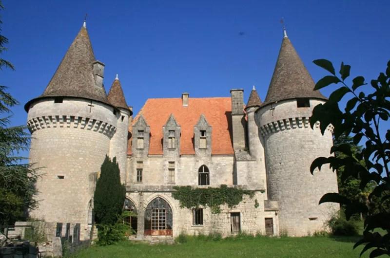 <b>Château médiéval de Bridoire - Ribagnac (Dordogne)</b> – Édifié aux 15ème et 16ème siècles, remanié au 19ème, le château bénéficie d'un emplacement favorable par sa situation aux portes de Bergerac et à proximité de la commune de Monbazillac et de son vignoble.
