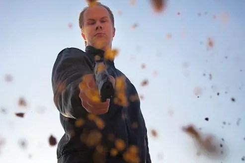Le Finlandais Matti Juhani Saari s'était mis en scène dans plusieurs vidéos, utilisant son arme. En 2008, il a tué neuf de ses camarades de classe et un professeur, avant de se donner la mort.