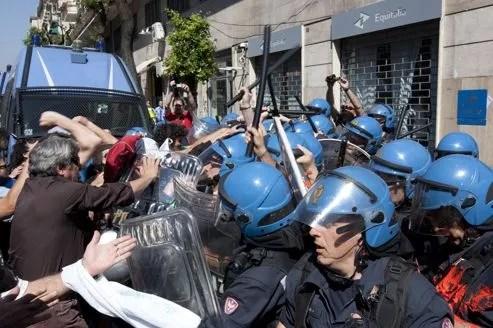 Des heurts ont éclaté vendredi à Naples devant un bureau de l'agence de perception de l'impôt Equitalia.