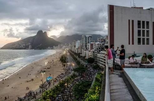 Depuis la terrasse de l'hôtel Fasano, la vue embrasse toute la plage d'Ipanema. Créateur de ce palace, Rogerio Fasano se félicite du retour de la jet-set.