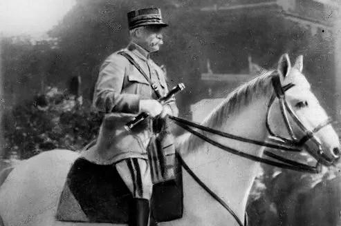 Le maréchal Pétain lors du défilé de la Victoire, le 14 juillet 1919. Plusieurs ouvrages oublient d'évoquer son rôle lors de la Première Guerre mondiale.