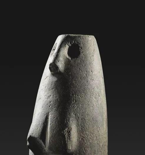 Une forme de tonnelet, deux orifices pour ses yeux, un nez droit légèrement tronquée, des courbes voluptueuses, pour cette «déesse mère».