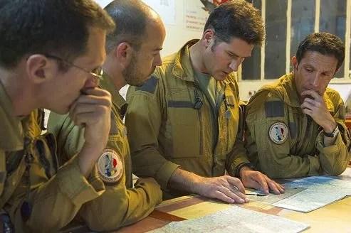 Ces pilotes français, basés au Tchad, préparent leur mission.
