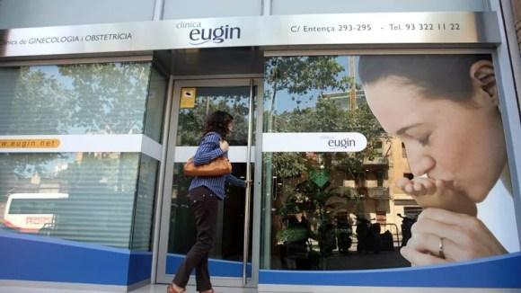 Une patiente pénètre dans une clinique privée, spécialisée dans la reproduction assistée à Barcelone.