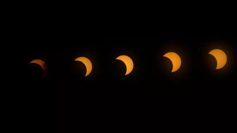 Cette multiple exposition permet d'observer la progression de l'éclipse solaire au-dessus du lac Oloidien près de Naivasha au Kenya, le 3 novembre 2013.