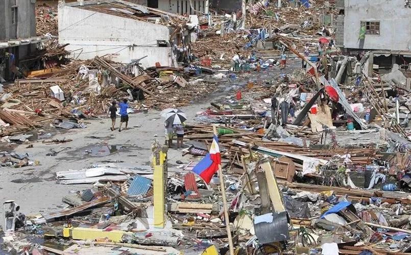 Des survivants dans la grande ville de Tacloban, traversée par le typhon. Le bilan humain ne cesse de s'alourdir.