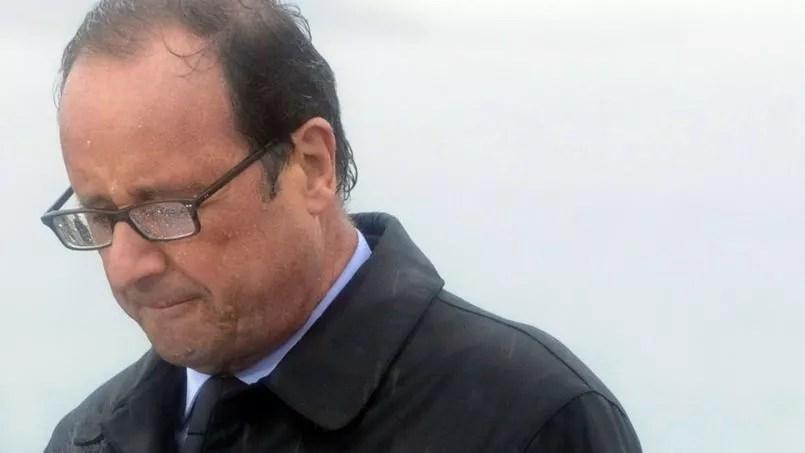 François Hollande, sous la pluie, à l'Île de Sein, le 25 août.