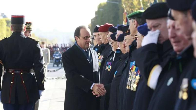 Il a serré des mains pendant de longues minutes puis s'est ensuite entretenu avec les familles des soldats tués au combat.