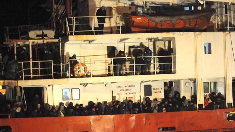 Le cargo <i>Blue Sky M</i> et ses migrants dans le port italien de Gallipoli cette nuit.