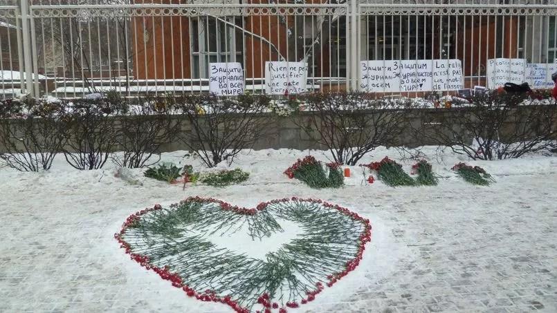 Vendredi, devant l'ambassade de France à Moscou.