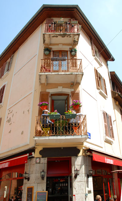 <Photo of residents in Annecy, France, lunching on the balcony on a spring day>